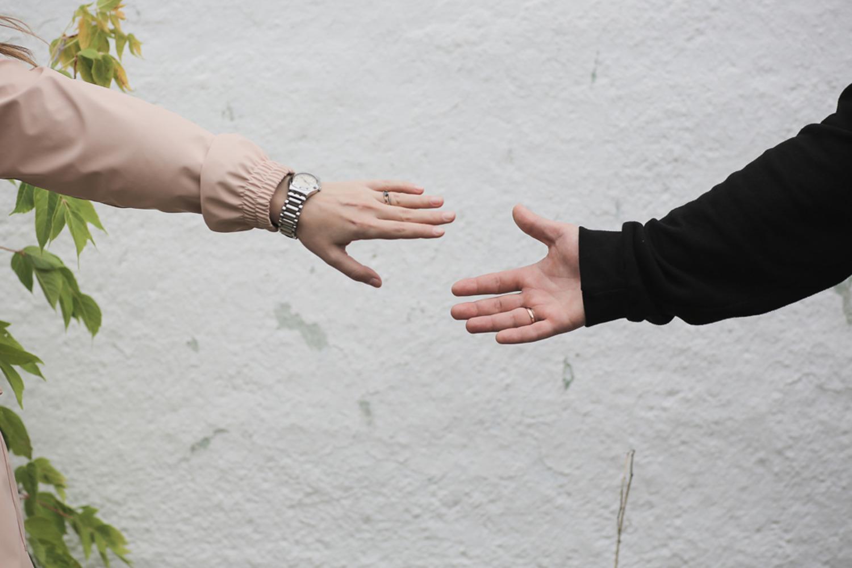 Завязал девушке глаза и пригласил друга